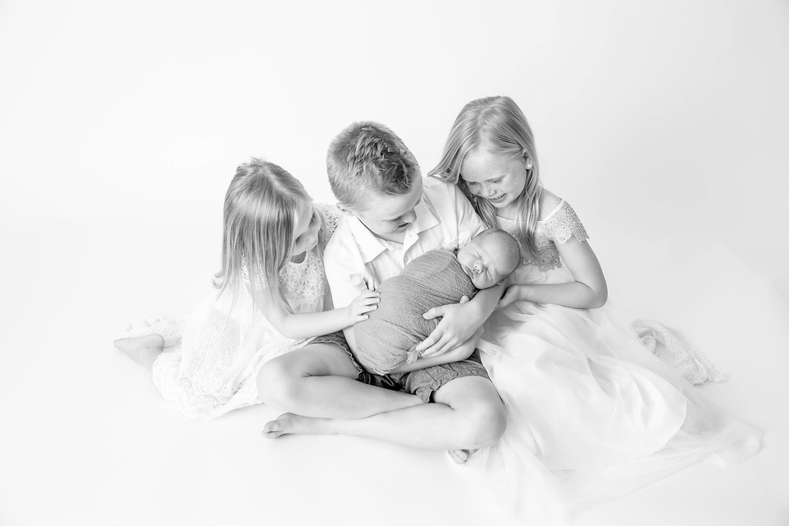 Newborn-Photography-With-Siblings-in-White