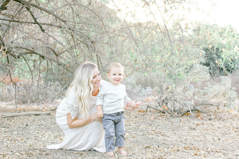 Orange-County-Newborn-Photographer-Mom-and-Child-in-White-Outdoor-Session